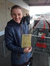 """Miłośnicy zwierząt z Łowicza rozdają książeczki """"Masz zwierzę - masz obowiązek"""" [ZDJĘCIA]"""