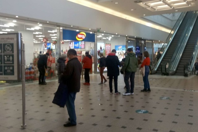6 grudnia przypada niedziela handlowa. To pierwsza z trzech takich niedziel w tym miesiącu. Pozostałe dwie zaplanowano na 13 i 20 grudnia. Mieszkańcy stolicy Wielkopolski postanowili wykorzystać ten czas na zrobienie świątecznych zakupów i tłumnie ruszyli do galerii handlowych i supermarketów. Od samego rana do późnego wieczora w poznańskich sklepach ruch był większy niż zwykle. Do niektórych sklepów ustawiały się kolejki. Poznaniacy kupowali nie tylko prezenty, ale także robili typowe zakupy spożywcze. Zobacz zdjęcia z jednej z poznańskich galerii.