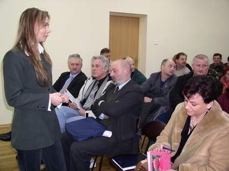 Iwona Karcz, pracownik ds. marketingu w chojnickiej Rozdzielni Gazu, zachęcała mieszkańców Charzyków do składania wniosków o podłączenie ich domów do gazociągu.