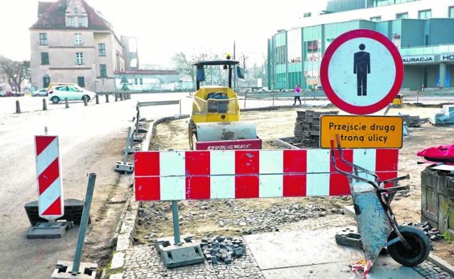 Takie obrazki można już spotkać w wielu miejscach Brzegu, a w tym roku mieszkańcy muszą się pogodzić z utrudnieniami na drogach, chodnikach i placach.