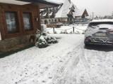 ŚNIEG w Zakopanem, biały poranek na Podhalu. Mamy pierwszy atak zimy. Na drogach zrobiło się niebezpiecznie [ZDJĘCIA]