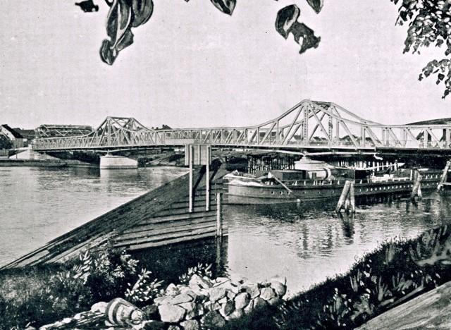 Nowy most na Odrze, stojący do dziś. Za nim widać jeszcze konstrukcję starego drewnianego. W tle po lewej budujące się kamienice.