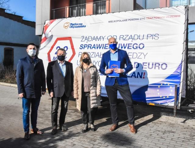 Od lewej: Bartosz Węglewski, Maciej Trąbczyński, Joanna Ludwiczak wraz z posłem Jakubem Rutnickim