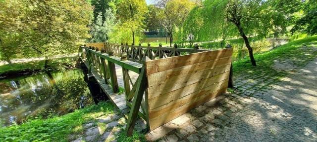 Niewielki mostek w Parku Książąt Pomorskich w Koszalinie ze względu na zły stan od wielu miesięcy jest zamknięty