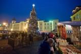 Mikołajki w Płocku. Mieszkańcy bawili się przed ratuszem a na koniec zapalili świąteczną iluminację
