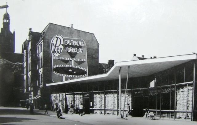 W latach 60. na ul. Starzyńskiego wzniesiono obiekt handlowy - Supersam. Jak na tamte czasy bryła budynku wyróżniała się nowoczesną formą. Z czasem obiekt nazwano Domem Chleba. Rozebrano go w latach 90.