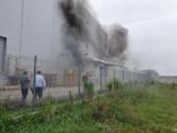 Gm. Malbork. Pożar hali produkcyjnej w Tragaminie. Ogień pojawił się w agregatach prądotwórczych
