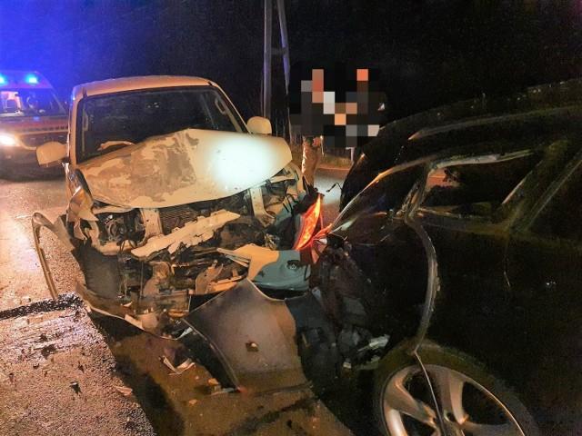 W rejonie Nowego Dworu pod Koronowem zderzyły się dwa auta osobowe oraz samochód dostawczy