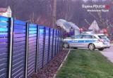 Pijani kierowcy w powiecie wodzisławskim. Samochód zawisnął na ogrodzeniu posesji