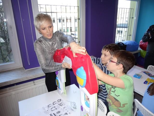 Stowarzyszenie Piękne Anioły, którego ambasadorką jest Magda Steczkowska (z lewej), zadbało, żeby w wyremontowanej świetlicy na oddziale dziecięcym dębickiego szpitala, nie zabrakło nowych zabawek. - Są po prostu świetne. Teraz na pewno nie będzie nam się nudziło - nie krył entuzjazmu Brajan (z prawej)