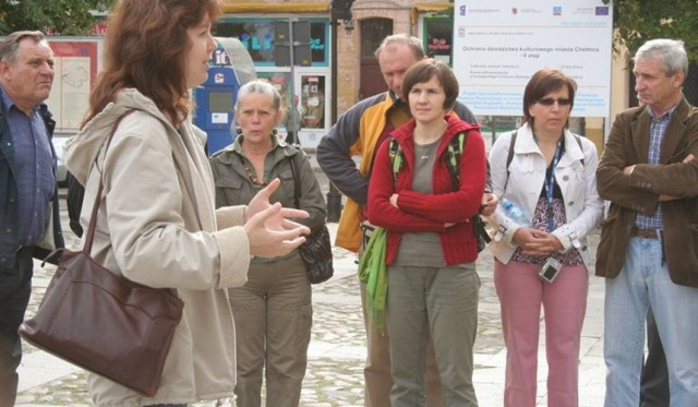 Historyk i przewodnik Anna Grzeszna-Kozikowska (na pierwszym planie) przybliży 110-letnią historię ruchu turystycznego w Chełmnie.