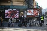 """Mieszkańcy chcą zakazać krwawych billboardów w Krakowie. Radni poparli uchwałę. """"To jest terror"""""""