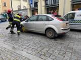 Opole. Kierująca fordem ruszyła z założoną blokadą na kole. Zatarasowała jezdnię, interweniowała straż pożarna [ZDJĘCIA]