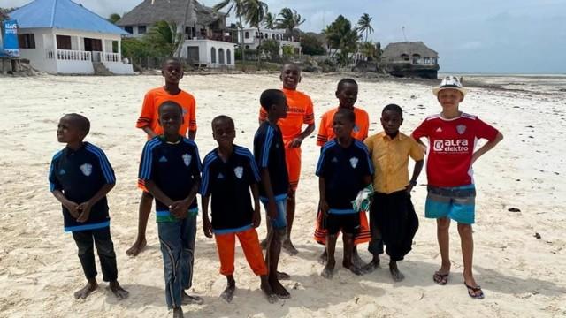 Dzieci z Zanzibaru były bardzo zadowolone z podarunku sprezentowanego im przez Pomologię Prószków.