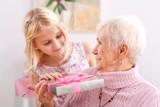 Co podarować babci oprócz laurki?