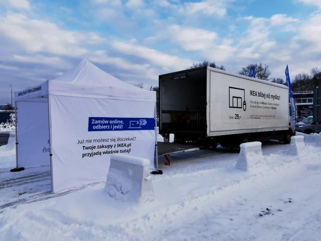 Nowy Mobilny Punkt Odbioru IKEA w Tychach Samochód IKEA zatrzymuje się na parkingu sklepu E.Leclerc przy ul. Budowlanych 75 na Osiedlu B.