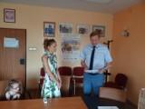 Pani Małgorzata uwolniła dziecko z nagrzanego auta. Starosta wręczył jej list gratulacyjny