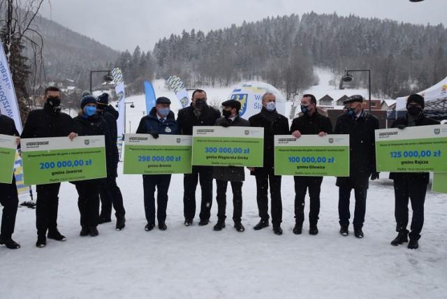 Samorząd województwa śląskiego wsparł 1 beskidzkich gmin turystycznych. Wręczenie promes odbyło się dzisiaj 1 lutego w Szczyrku.  Zobacz kolejne zdjęcia. Przesuwaj zdjęcia w prawo - naciśnij strzałkę lub przycisk NASTĘPNE