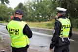 Bezpieczny przejazd w Żarach - akcja policji i straży ochrony kolei na przejazdach kolejowych