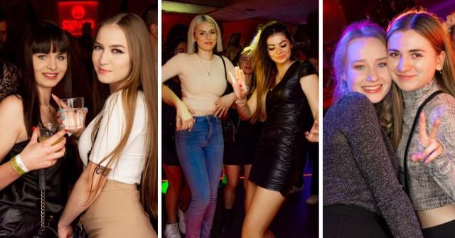 """Tak się bawi Toruń nocą na starówce. Zobaczcie kolejne zdjęcia z imprez w """"Cubano Club""""! Byliście tam ostatnio? Może znajdziecie siebie lub znajomych na zdjęciach."""