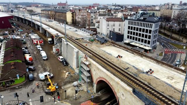 W centrum Krakowa trwa budowa nowych estakad kolejowych z dodatkowymi torami dla szybkiej kolei aglomeracyjnej. Rozbudowywane są wiadukty nad ul. Grzegórzecką a także nad ul. Miodową.