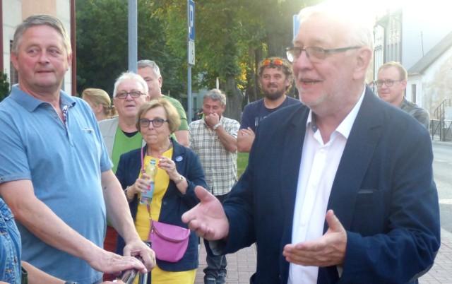Były prezes Trybunału Konstytucyjnego Jerzy Stępień pojawił się we wtorek wieczorem na proteście w Busku-Zdroju.