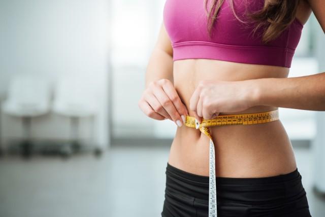 Wyrzeźbiony brzuch stał się symbolem życia w stylu fit, o szczupłej talii marzą też osoby, które nie spędzają godzin na treningach. Jak się okazuje, ćwiczenia są ważne, ale nie najważniejsze. Wprowadź też inne drobne zmiany codziennych nawyków, a efekty w postaci szczuplejszej talii są gwarantowane!