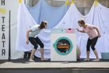 W Warszawie trwa seria darmowych spektakli teatralnych w plenerze. Teatr uliczny jeszcze do końca wakacji [ZDJĘCIA]