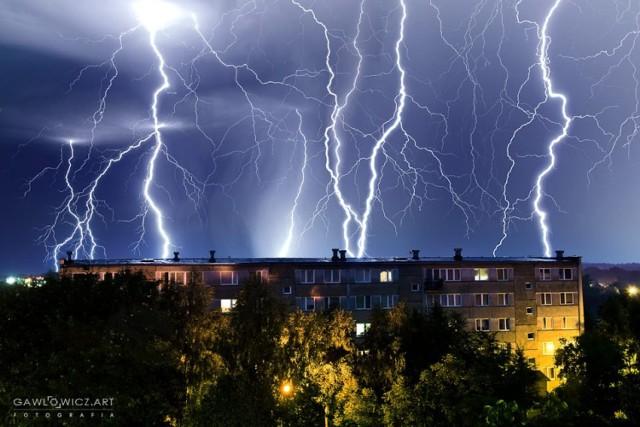 W nocy z wtorku na środę nad regionem przeszły ogromne burze. Nie inaczej było w Staszowie, gdzie mieszkańcy byli świadkami ogromnych wyładowań. Pioruny wyglądały, jak z filmów grozy, a mimo później pory nocnej w niejednym domu, czy mieszkaniu co chwilę robiło się jasno. Na szczęście burza nie spowodowała większych strat. Na zdjęciu, którym podzielił się z nami radny Hubert Gawłowicz widzimy mocne wyładowania nad osiedlem Wschód.   Na kolejnych slajdach zobaczymy natomiast kolejną porcję burzowych zdjęć od Sławka Rakowskiego>>>