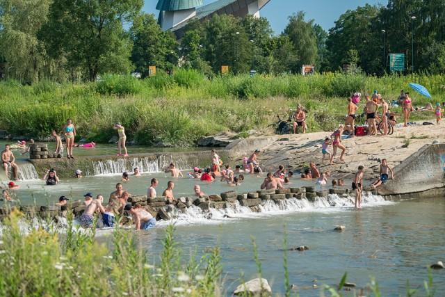 Klaudia i Katarzyna często przychodzą w swoje ulubione miejsce, nas brzeg rzeki przy ul. Jamnickiej.