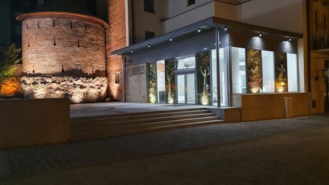 Na przeszklonych ścianach Multimedialnego Centrum Artystycznego obok skweru przy ul. Wałowej moża oglądać wystawę neowitraży tarnowskiego artysty - Piotra Barszczowskiego. W nocy jest ona podświetlana