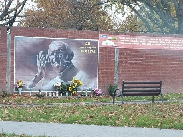 Zniszczony baner przy al. Kijowskiej