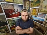Znajdował obrazy na śmietniku. W Toruniu stworzył z nich wyjątkową wystawę