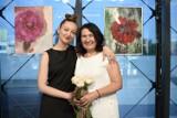 """Muzyka, taniec i piękne obrazy. Wyjątkowy wernisaż Elżbiety Nowak i Alessandry Wiktorii w """"Poczytalni Na dVoRcu"""" w Kielcach [WIDEO, ZDJĘCIA]"""