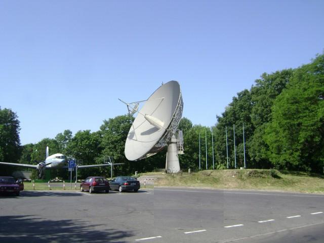 W planach jest zamontowanie radioteleskopu obok stojącego w pobliżu samolotu. Przedstawia to wizualizacja