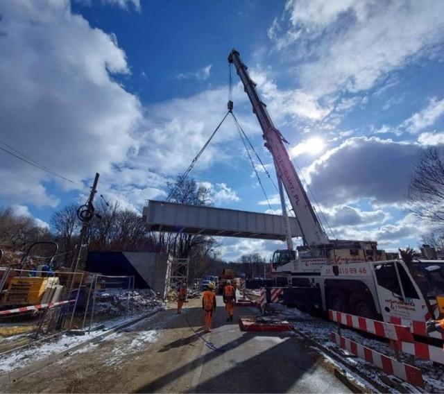 Tak wyglądał montaż nowego przęsła wiaduktu kolejowego w Wojkowicach Zobacz kolejne zdjęcia/plansze. Przesuwaj zdjęcia w prawo - naciśnij strzałkę lub przycisk NASTĘPNE