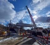 Wojkowice: przęsło wiaduktu kolejowego już zamontowane nad ul. Sobieskiego. Kierowcy mogą tędy jęździć, choć utrudnienia w ruchu nadal będą
