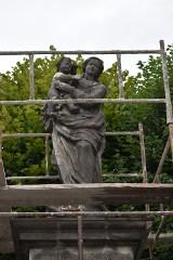 Pleszew. Figura Matki Boskiej z Dzieciątkiem odzyska dawny blask. Trwają prace konserwatorsko-rekonstrukcyjne