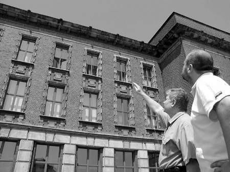 Jerzy Jóźwik (z lewej) i Arkadiusz Głąb co dzień notują nowe zarysowania na elewacji budynku.