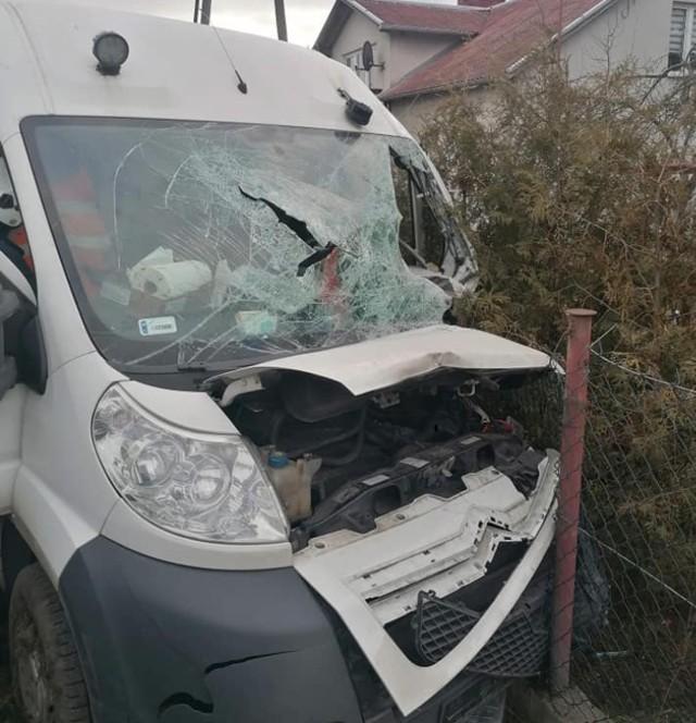 Na trasie Nowe-Warlubie bus uderzył w ogrodzenie. Dwie osoby zostały ranne