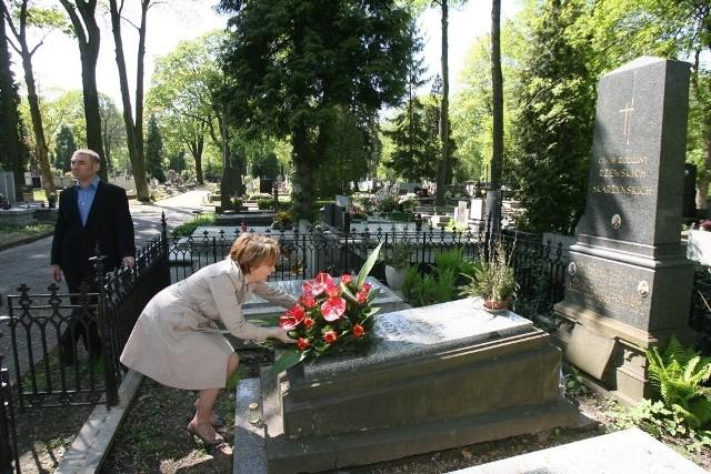 Kwiaty na grobie prezydenta Aleksego Rżewskiego złożyła 1 maja obecna prezydent Łodzi Hanna Zdanowska.
