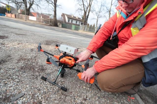 Zakupiony dla Zielonej Góry dron pozwala na identyfikację tych kominów, z których wylatuje dym ze spalania odpadów. Daje on wówczas sygnał, że do takiego domu powinien zapukać strażnik miejski i pobrać próbki z paleniska. W czwartek, 31 stycznia do takiej akcji doszło w Chynowie.   Dron ze specjalnymi czujnikami latał nad prywatnymi posesjami w Chynowie. Miał na celu wychwycić źródła szkodliwych zanieczyszczeń w postaci pyłów zawieszonych PM 2.5 oraz PM10, które według Światowej Organizacji Zdrowia są najbardziej szkodliwymi dla zdrowia człowieka rodzajami zanieczyszczeń atmosferycznych.   W wyniku kontroli okazało się, że w przypadku kilku miejsc wykryto nieznaczne przekroczenia norm. Mandat za palenie śmieci w piecu może kosztować nawet 500 zł.  Kiedy wiemy, że jakość powietrza w mieście jest zła?  Dobra jakość powietrza występuje, kiedy stężenie pyłu PM10 wynosi do 60 µg/m3, a PM2,5 - do 36 µg/m3.  UWAGA! Aby zmniejszyć narażenie na wysokie stężenie zanieczyszczenia małym dzieciom, kobietom w ciąży, osobom starszym oraz osobom z chorobami serca lub układu oddechowego i innym, które zażywają aktywności na zewnątrz zaleca się ograniczenie przebywania poza budynkami.  Aby poprawić ochronę przed negatywnym stężeniem pyłów PM 10 oraz PM 2,5 można zaopatrzyć się w specjalistyczną maskę. Nie wszystkie maski antysmogowe jednak prawidłowo chronią przed zanieczyszczeniami powietrza. Urząd Ochrony Konkurencji i Konsumentów wykonał niedawno badania, które wykazały, że niektóre maski pozostawiają wiele do życzenia. Jakie oznaczenia powinny znaleźć się na masce antysmogowej?  Maska musi przylegać do nosa, brody i policzków  źródło: Dzień Dobry TVN