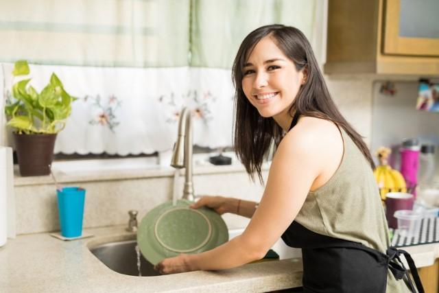 Który płyn do mycia naczyń warto kupić? UOKiK wytypował najlepsze. Dobrze umyją naczynia, a nie wyczyszczą portfela. Zobacz ranking!
