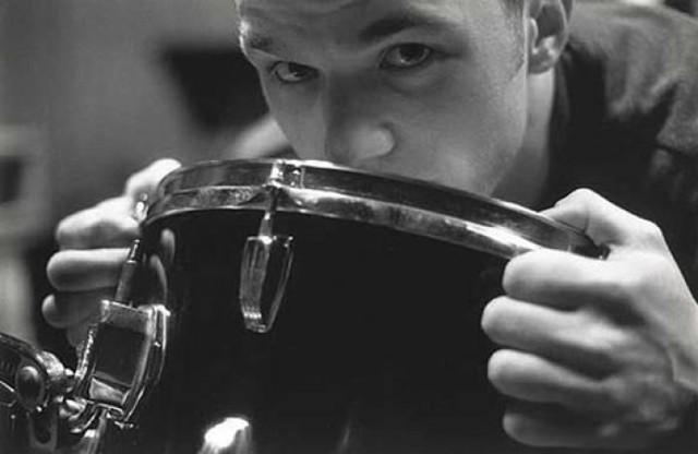 """Jacek Olter  Został okrzyknięty geniuszem jeszcze za życia. """"Jeden z naszych największych perkusyjnych talentów wszech czasów"""" -  tak mówił o nim Jan Ptaszyn Wróblewski, który z myślą o nim założył Made in Poland. Olter współtworzył słynną trójmiejską scenę yassową. Grał w Miłości, Trupach, Kurach i Łoskocie. Koncertował z wielkim Lesterem Bowiem, genialnym trębaczem światowej sławy, który był zafascynowany grą Oltera. Taka sama sława była pisana również Jackowi. Niestety, pokonała go depresja, z którą walczył w ostatnich latach swojego życia. 6 stycznia 2001 roku wyskoczył z 9. piętra gdańskiego falowca. Miał 29 lat. Niedawno ukazała się biografia autorstwa jego siostry Katarzyny Olter -  """"Był taki chłopak. Pamięci Jacka Oltera""""."""