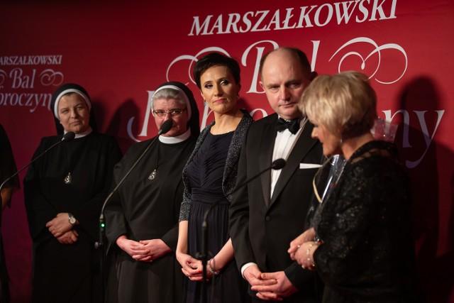 Tak wyglądała dziesiąta edycja Marszałkowskiego Balu Dobroczynnego. Na pierwszym zdjęciu druga z lewej za wsparcie dziękuje siostra Sylwia Blok, dyrektorka DPS dla Dzieci i Młodzieży w Kamieniu