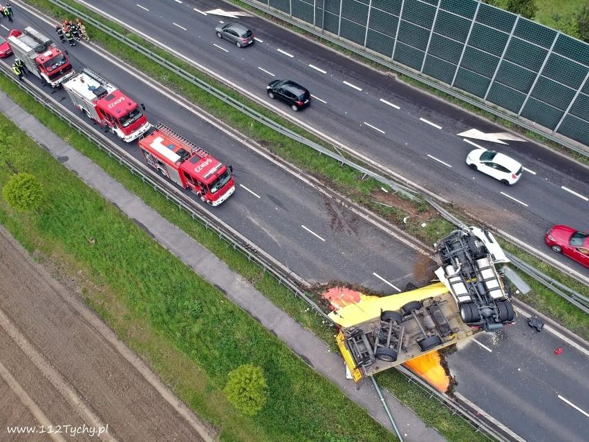 Tychy: Wywrócony tir na DK1. Blokował drogę w kierunku Katowic [ZDJĘCIA Z DRONA]