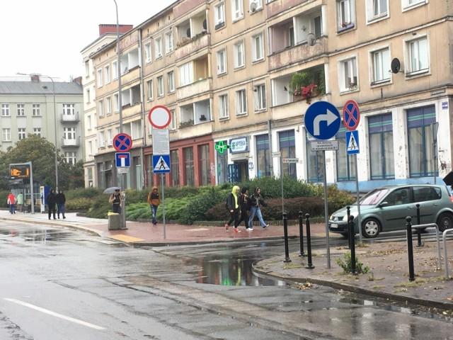 Ulica Paderewskiego. Nie można dojechać do Sienkiewicza, obowiązuje nakaz jazdy w Panoramiczną.