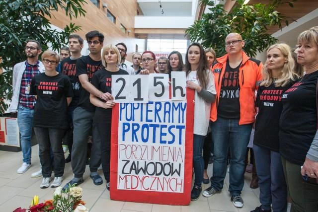 Lekarze rezydenci protestujący w Centrum Medycyny Inwazyjnej UCK zmieniają formę protestu