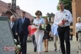 Minister Marlena Maląg złożyła kwiaty pod Pomnikiem Smoleńskim w Krotoszynie [ZDJĘCIA]