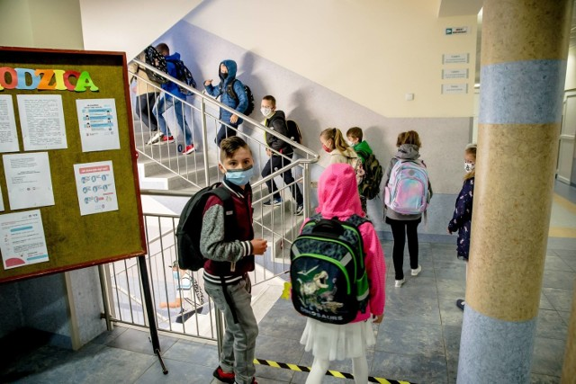 Koronawirus w Wielkopolskich szkołach: W większości szkół nauka przebiega bez problemów. Uczniowie dbają o swoje bezpieczeństwo.